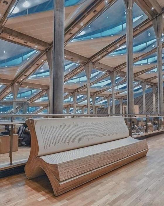 Скамейка в Александрийской библиотеке. \ Фото: baomoi.com.