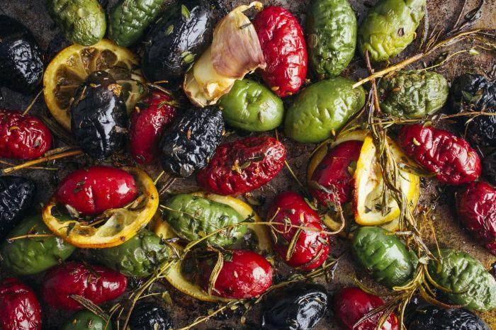 Жареные оливки с лимоном, чесноком и зеленью. \ Фото: goodhousekeeping.com.