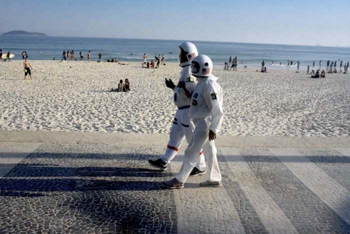 Когда пришёл на пляж в момент карантина. \ Фото: i.guim.co.uk.