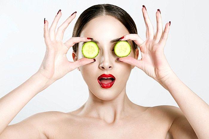 Огурцы на глаза. \ Фото: rus.bc-makeup.com.