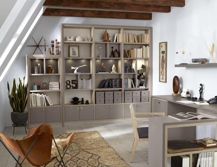 Используйте книжные полки не только по назначению. \ Фото: californiaclosets.com.