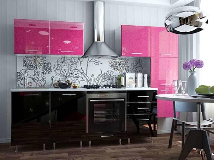Цвет фуксии и шоколада в интерьере кухни. \ Фото: vashakuhnya.com.