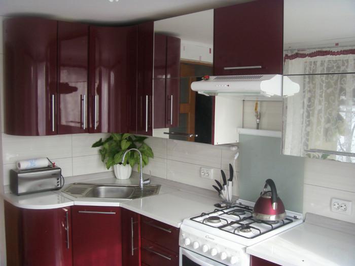 Уютная кухня вишнёвого цвета. \ Фото: ukuhnya.com.