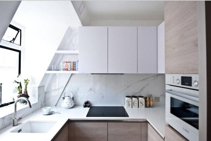 Светлая кухня с белой мраморной панелью. \ Фото: google.ru.
