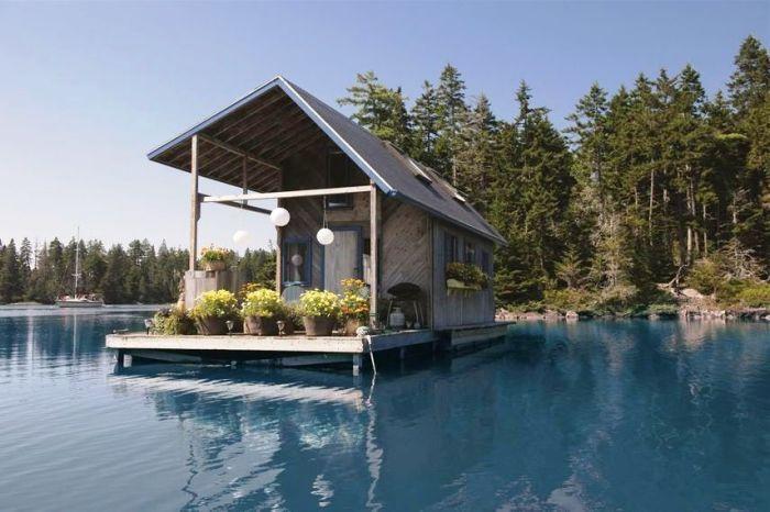 Плавучий домик на озере.