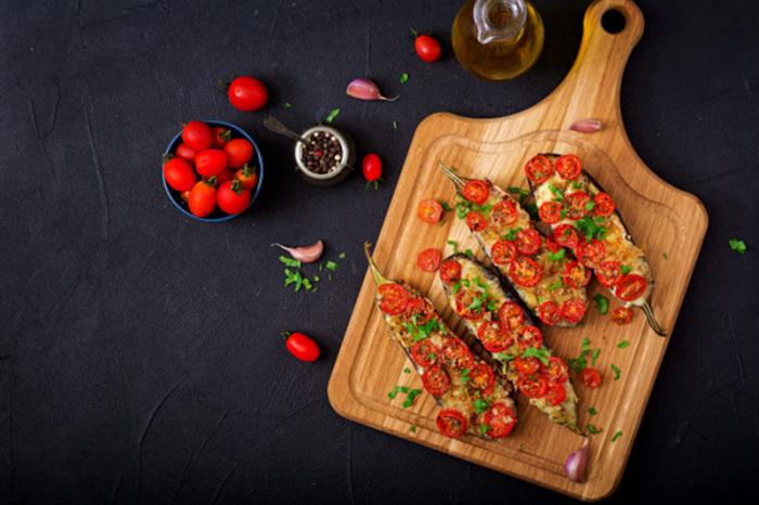 Баклажаны с томатами, запечённые в духовке. \ Фото: google.com.