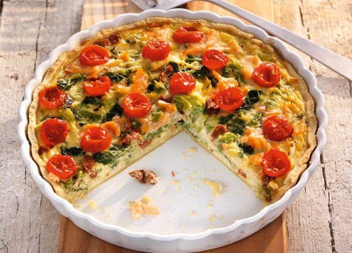 Песочный пирог с помидорами и лососем. \ Фото: pinterest.com.