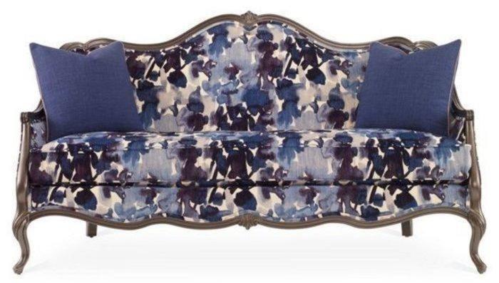 Роскошный диван насыщенного тёмно-синего цвета впишется в эклектичный интерьер.