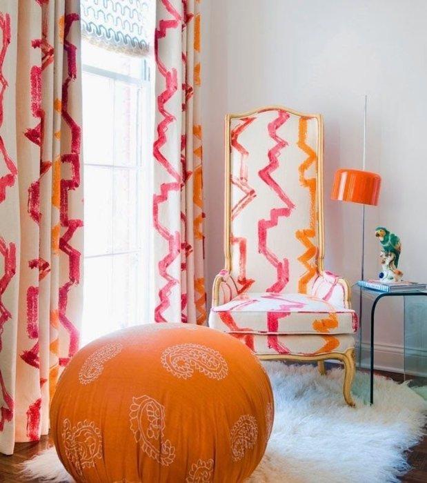 Кресло и занавески в одном акварельном стиле с лёгкостью подчеркнут изысканный вкус хозяев квартиры.