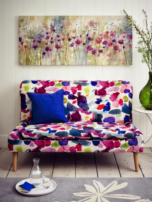 Акварельный диванчик станет приятным дополнением как детского, так и гостиного интерьера.