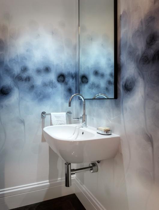 Акварельные разводы на стенах ванной - необычное, но очень креативное решение.