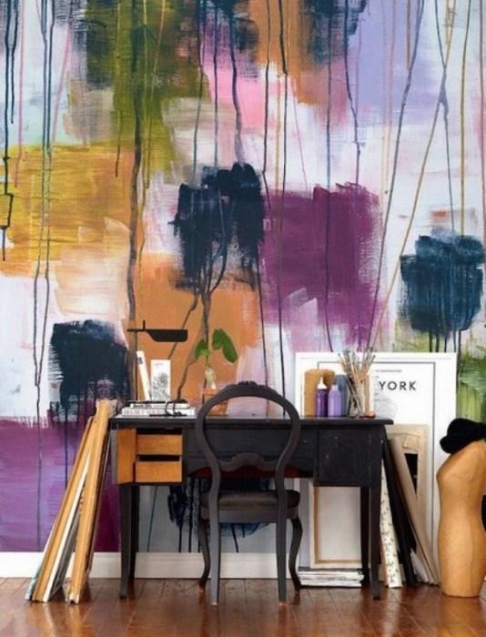 Покраска стены в яркие цвета.