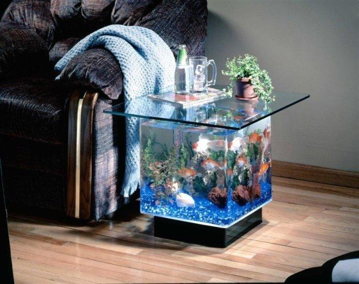 Столик-аквариум возле дивана.