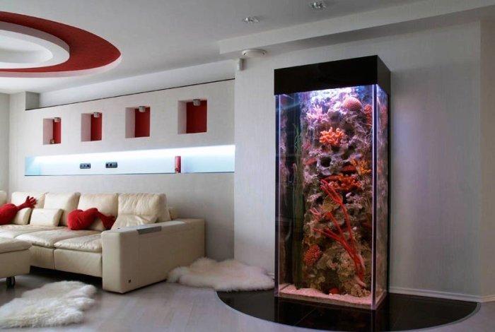 Большой аквариум в гостиной.