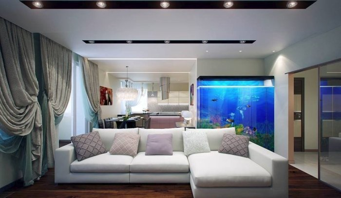Красивый интерьер гостиной с аквариумом.