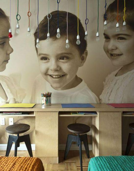 Украсьте стену детской комнаты фотообоями с изображением собственных детей.