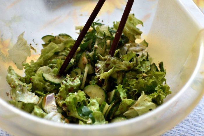 Летний овощной салат с арахисом. \ Фото: povar.ru.