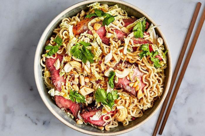 Азиатский салат с лапшой рамен. \ Фото: 1000.menu.