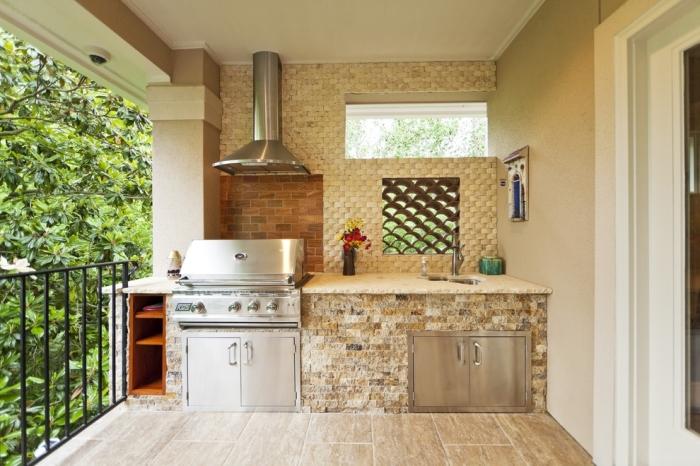 Рабочая зона может быть полностью вынесена на дополнительный метраж. Это избавит квартиру от обилия запахов, которые неизменно сопутствуют процессу приготовления пищи.