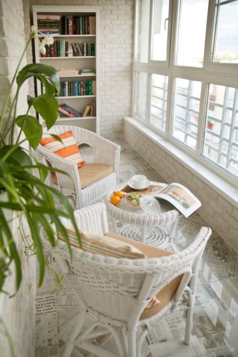 Из мебели рекомендуется использовать небольшие предметы: диван, стулья или плетёные кресла. Обязательный атрибут – живые цветы.