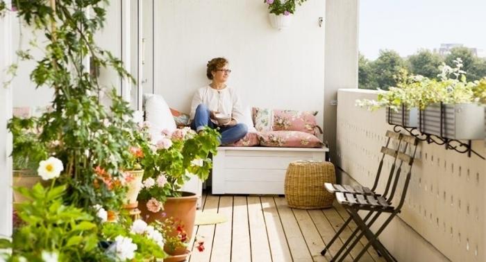Данный стиль не терпит ярких цветов. Для отделки балкона должны использоваться только натуральные материалы: дерево и камень.
