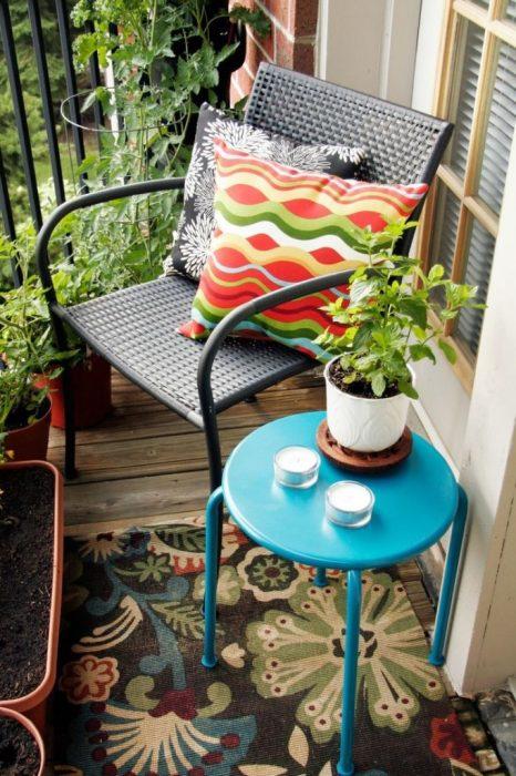 Приветствуется старинная мебель, тканевые шторы, декор под старину.