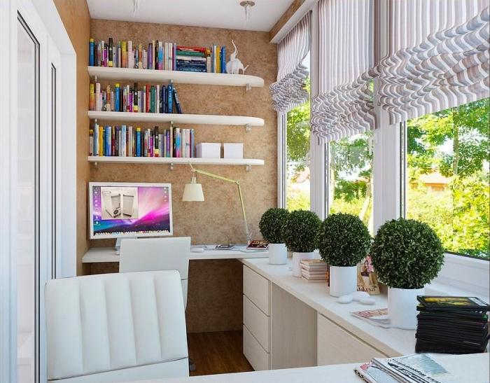 Небольшое пространство позволяет разместить на балконе маленький стол и компьютер. Над столиком устанавливают полки.