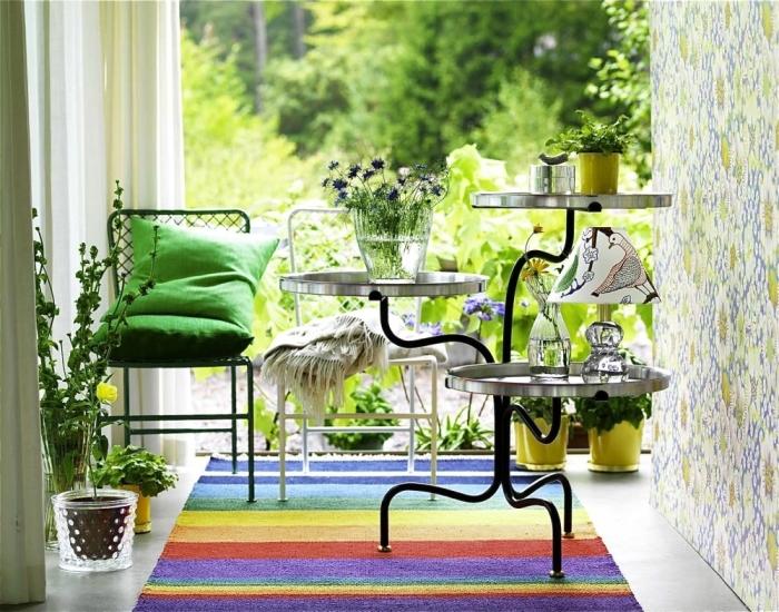 Пара стульев и столик-полка идеально подойдут для балкона.