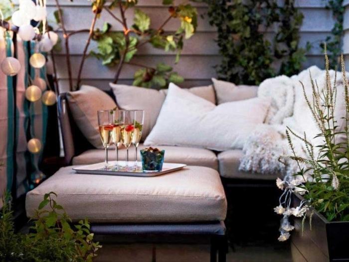 Раскладные столы, стулья, шезлонги не только украсят помещение, но и сделают его уютным.