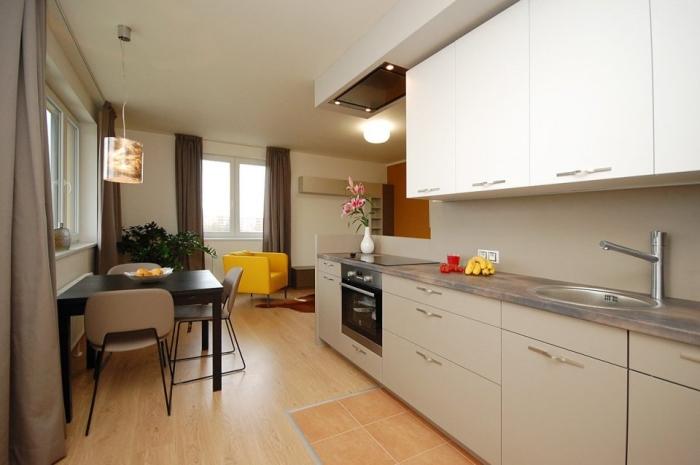 Перемещая из кухни обеденную зону, мы получаем большую площадь для комфортного приготовления пищи.