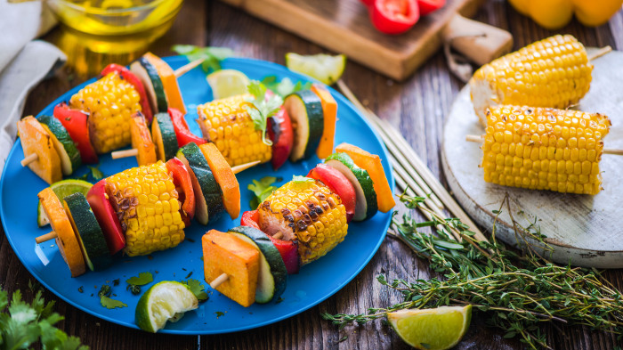 Пряная кукуруза с помидорами и овощами. \ Фото: lekkergezond.nl.