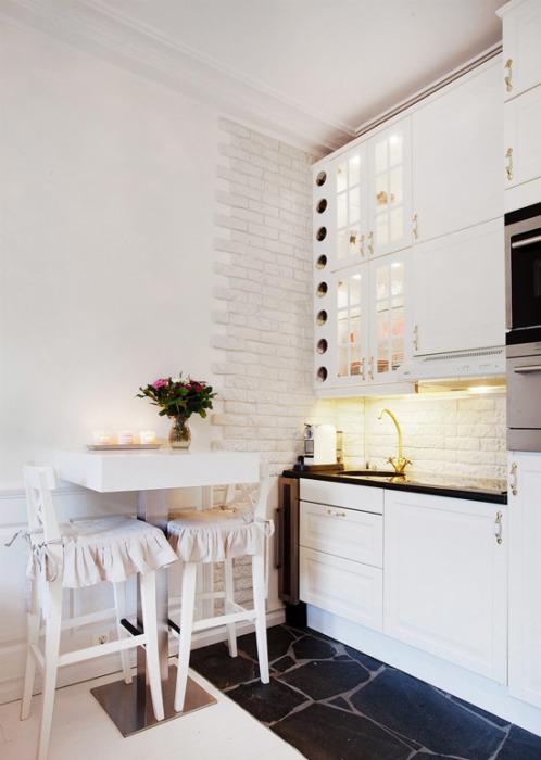 Маленькая барная стойка - идеальный вариант для небольшой кухни.