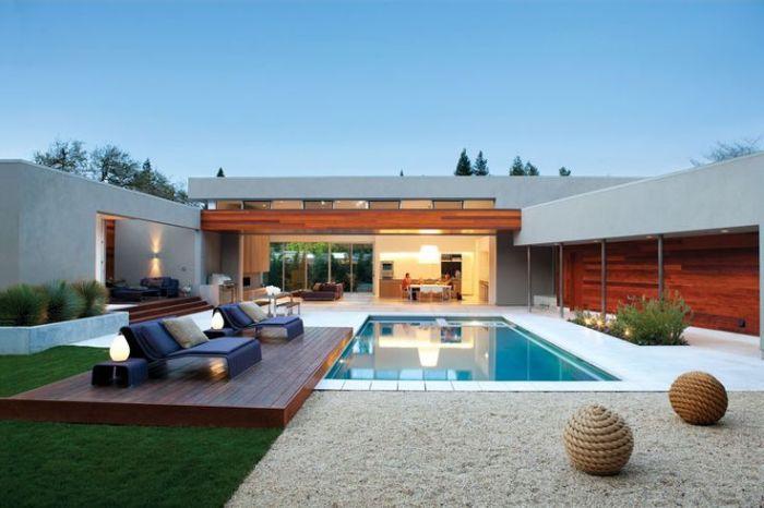 Бассейн на даче — прекрасная возможность разнообразить свой отдых.