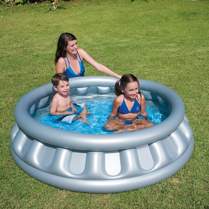 Простой неглубокий надувной детский бассейн.