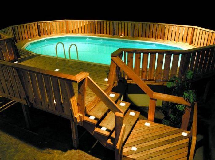 Стационарный каркасный бассейн, окруженный специальным деревянным помостом.
