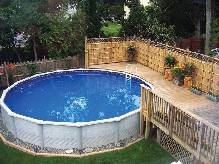Каркасный бассейн с декорированным цветами деревянным помостом.
