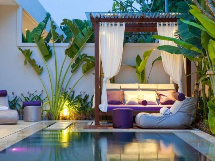 Даже бетонный бассейн можно сделать компактным на небольшом дачном участке.