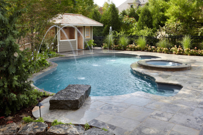 Симпатичный бассейн оригинальной формы.