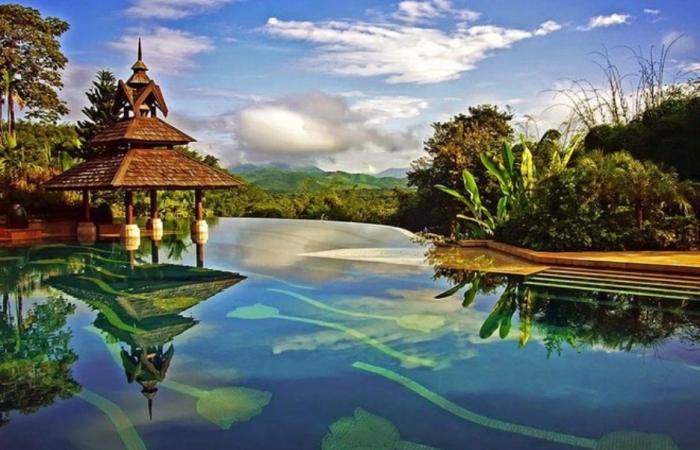 Таиланд: Невероятной красоты бассейн с разводами-тюльпанами, открывающий вид на джунгли, утопает в зелени и множестве чилл-аут зон.