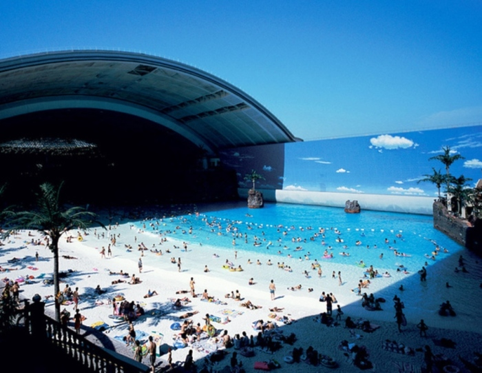 Сам бассейн имитирует морской берег с кромкой прибоя, белоснежным песком и вулканом, периодически выплевывающим пепел.