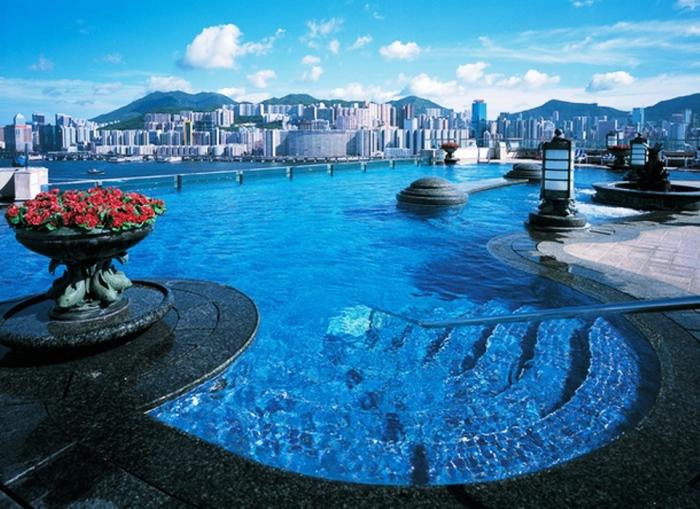 Этот роскошный бассейн с лазурной водой оборудован на двадцать третьем этаже.