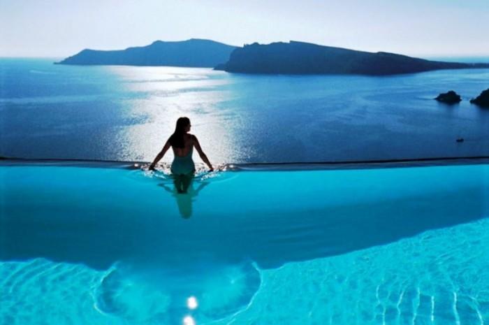 Это пейзажный бассейн. Пловцы могут насладиться захватывающим видом на окружающий залив Эгейского моря.