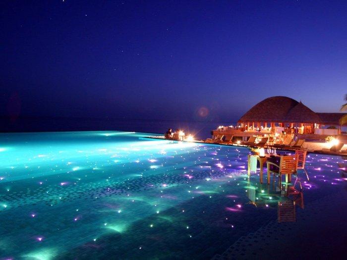 Невероятно красивый бассейн, который так напоминает собой космос.