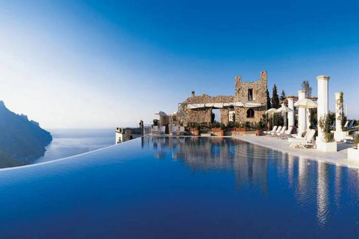 Находясь в бассейне на крыше отеля с 50 номерами, можно полюбоваться потрясающим побережьем Амальфи.