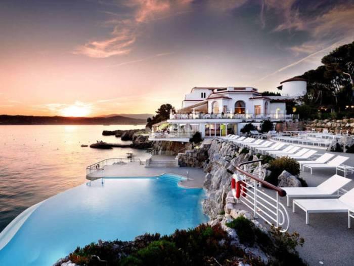 Бассейн в одном из самых знаменитых и дорогих отелей на Французской Ривьере.