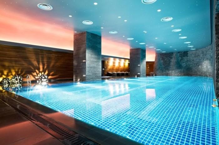 Невероятной красоты огромный бассейн, подсвечивающийся в полумраке благородной лазурью, он подходит и для спа-релакса, и для спортивных занятий.