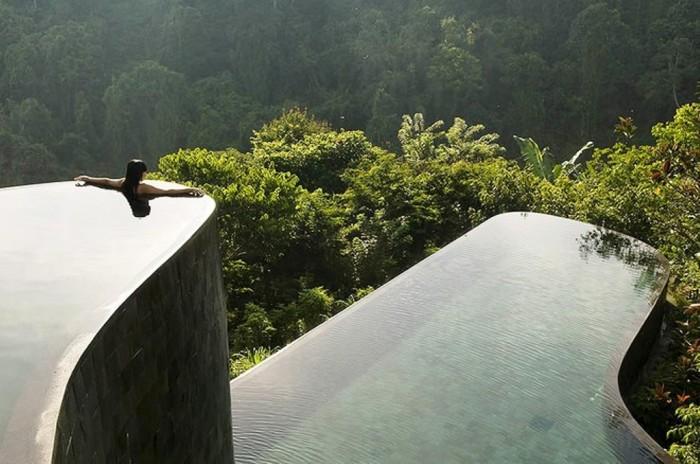 Необычный бассейн балийского отеля Ubud Hanging Gardens предлагает захватывающий вид на холмы, джунгли и древнейший буддистский храм.