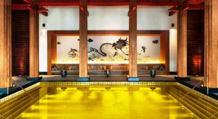 Бассейн, выложенный плитками, напоминающими золотые монеты.
