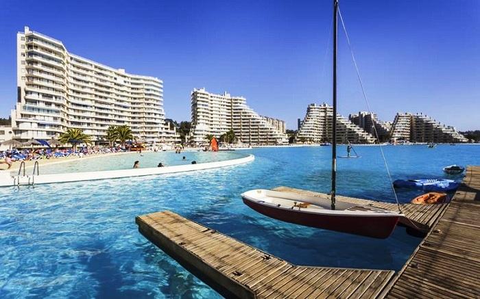 Самый большой в мире бассейн площадью 8 гектаров, протянувшийся вдоль береговой линии.