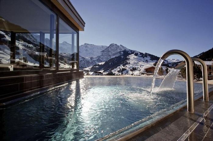 Бассейн с видом на заснеженные Альпы.